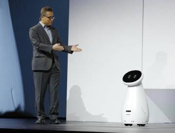 Gary Lee, jefe de AI en Samsung Electronics, presenta el robot Bot Care, ayer en Las Vegas.