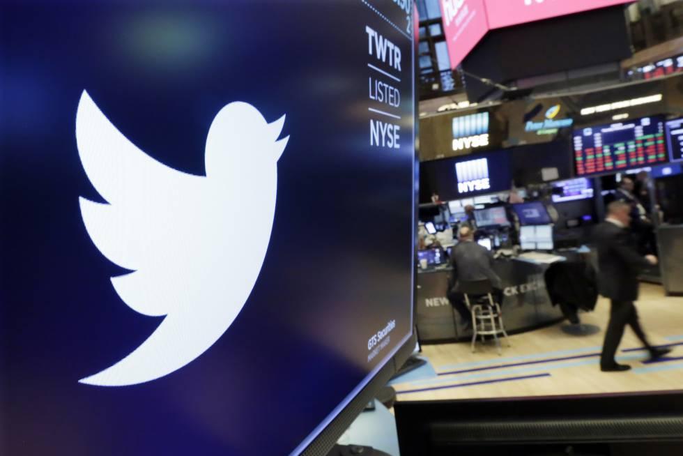 Una imagen del logo de Twitter en la Bolsa de Nueva York.
