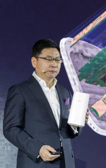 Richard Yu, con el nuevo módem 5G de Huawei.