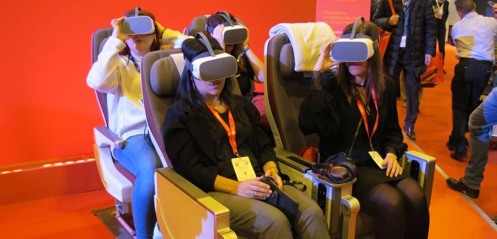 Cuatro mujeres prueban las gafas de realidad virtual de Iberia en Fitur.