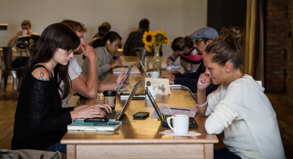 Grupo de jóvenes trabajando en un café de Detroit.