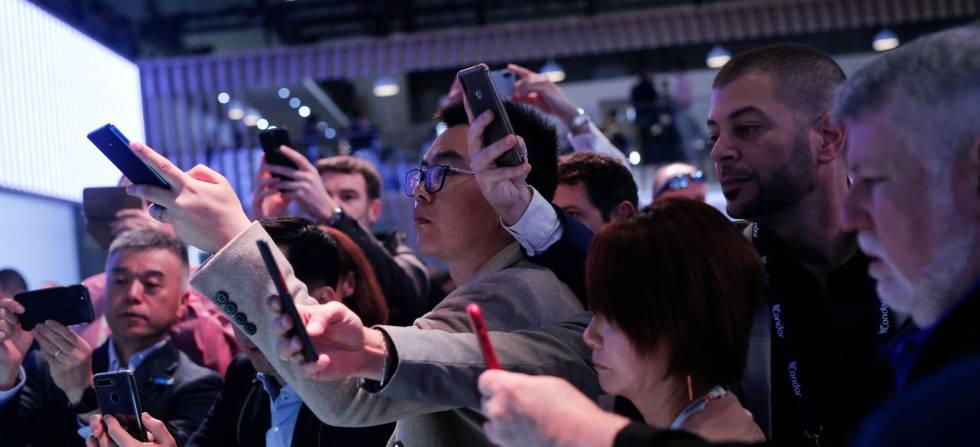 Un grupo de visitantes fotografía una novedad en el Mobile World Congress (MWC) de Barcelona.
