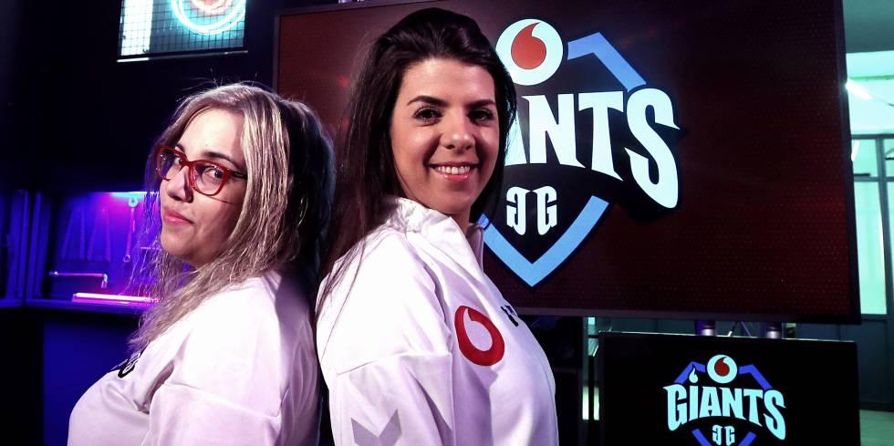 Laia y Aidy, jugadoras del equipo Vodafone Giants durante la presentación del equipo femenino profesional de Counter Strike: Global Offensive (CS:GO)