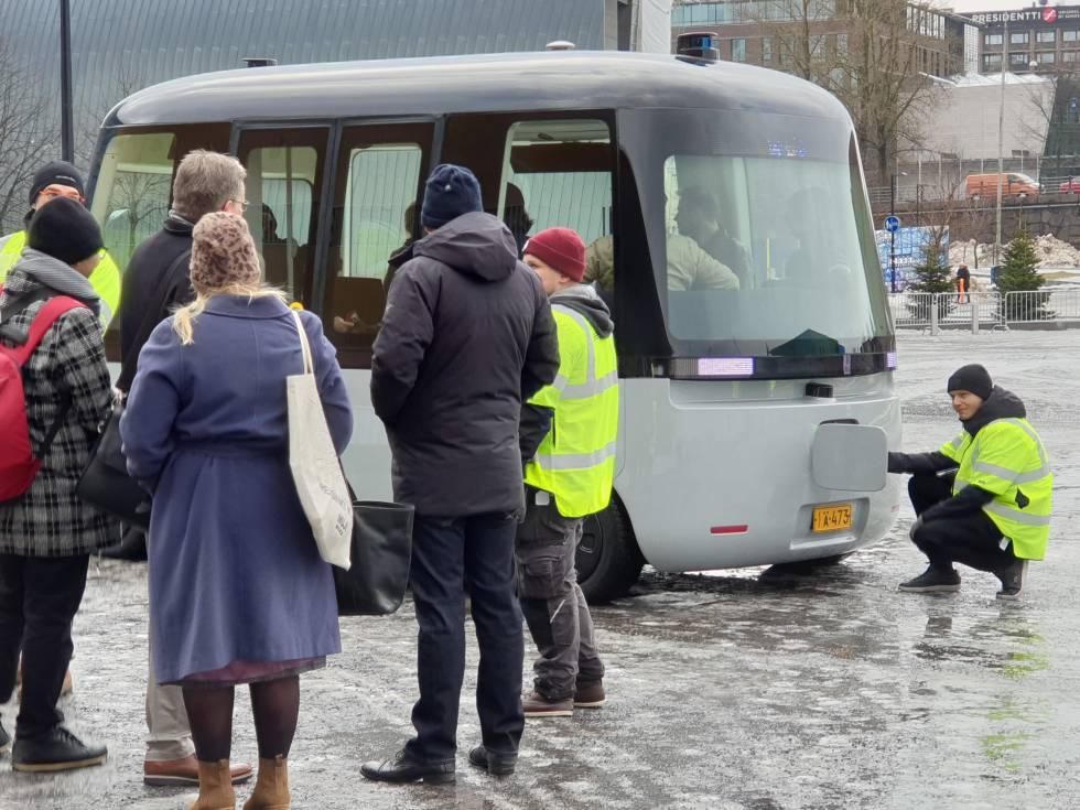 Un técnico de Sensible 4 apaga y enciende el autobús tras el primer fallo.