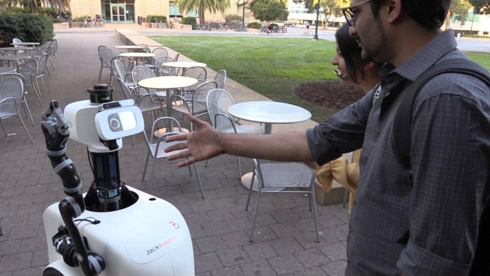 JackRabbot interactúa con personas en la calle.