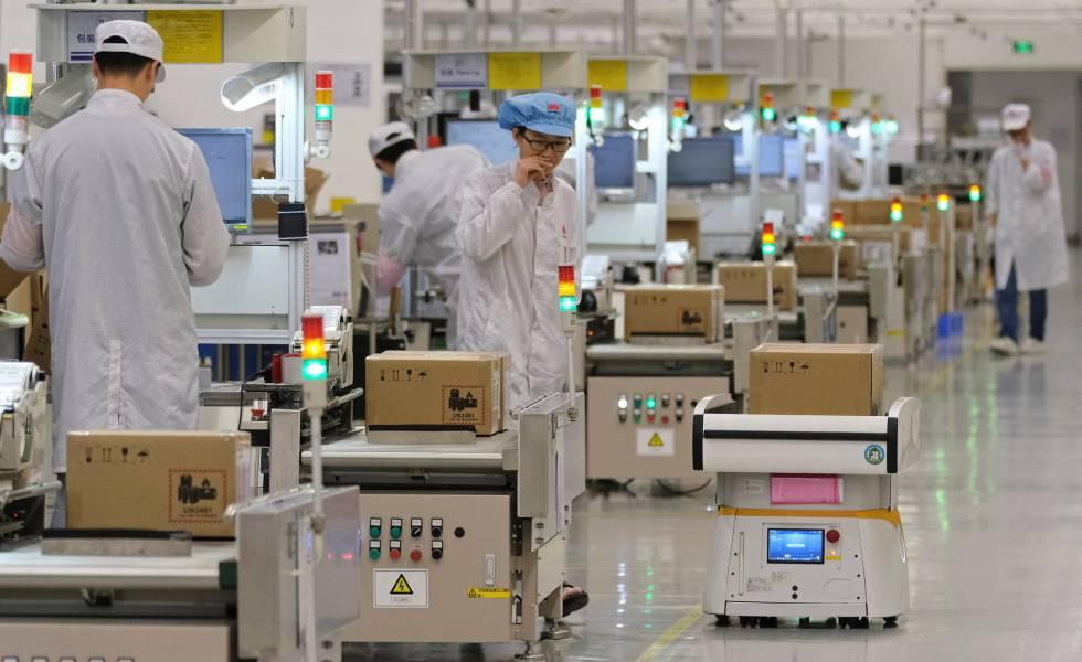 Empleados trabajan en las líneas de producción de teléfonos móviles en la planta de Huawei en Dongguan.