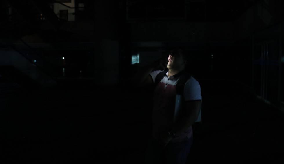 Un hombre habla a través de su teléfono móvil en Caracas (Venezuela).