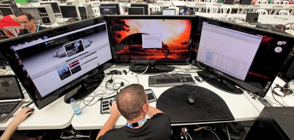 Um usuário, com seu computador em uma 'campus party'.