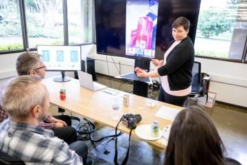 Mary Bellard, experta en accesibilidad de Microsoft, explica cómo funciona Seeing AI.