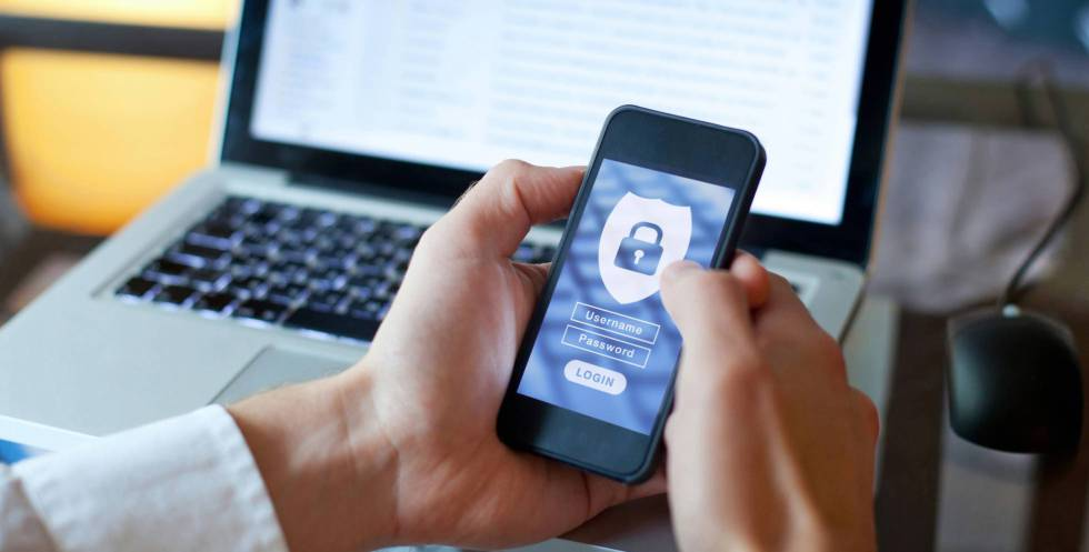 Un usuario de internet accede a una cuenta privada.
