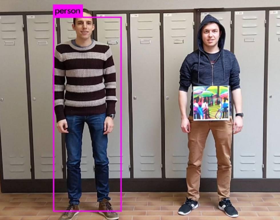 Una persona con imágenes añadidas a su cuerpo consigue evitar el reconocimiento facial.