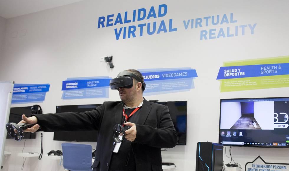 Un usuario prueba un dispositivo de realidad virtual durante el Fórum 5G celebrado en Málaga.