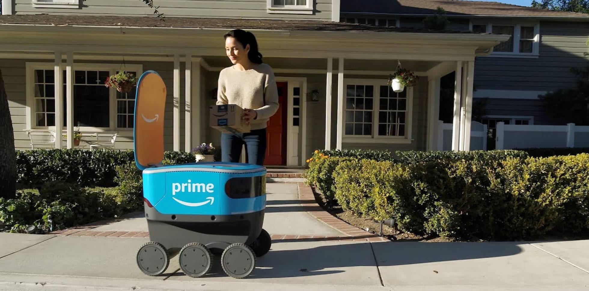 Scout, de Amazon Prime, llega al domicilio de una cliente para entregarle un paquete.