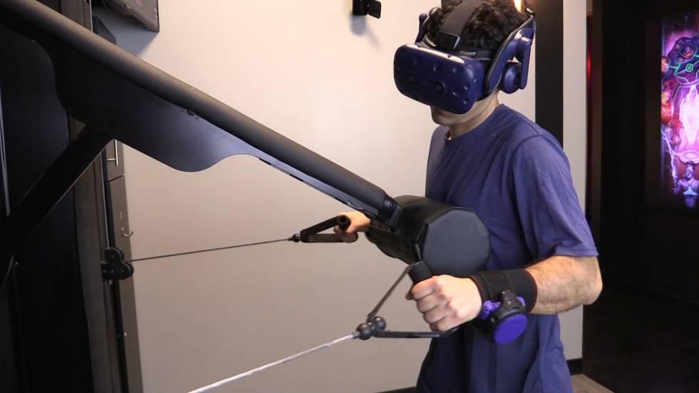 Un chico haciendo deporte en el gimnasio de realidad virtual.