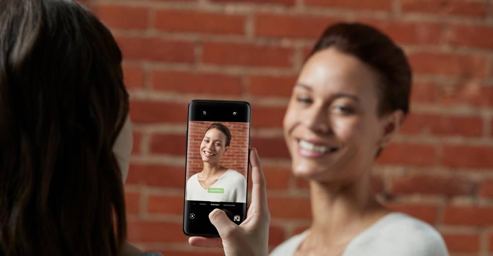 Una usuaria toma una imagen con el nuevo móvil de OnePlus.