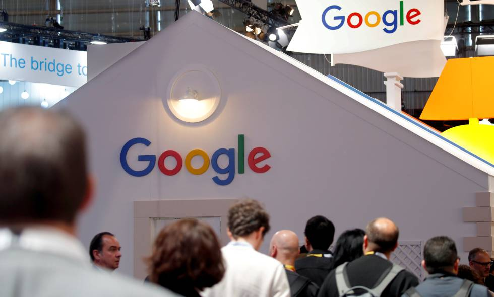 Asistentes a una feria tecnológica de París, junto al mostrador de Google.