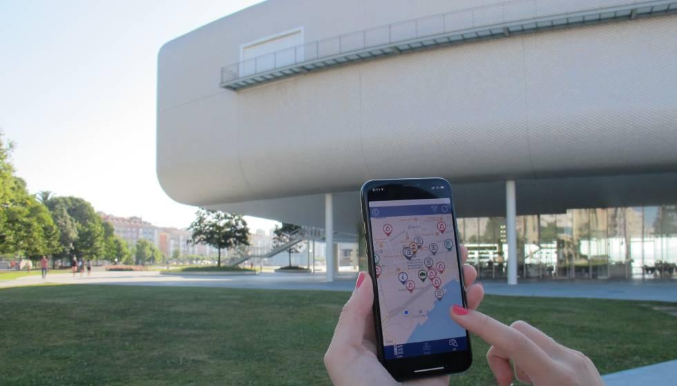 Un usuario consulta un mapa en la app SmartSantanderRA frente al Centro Botín.