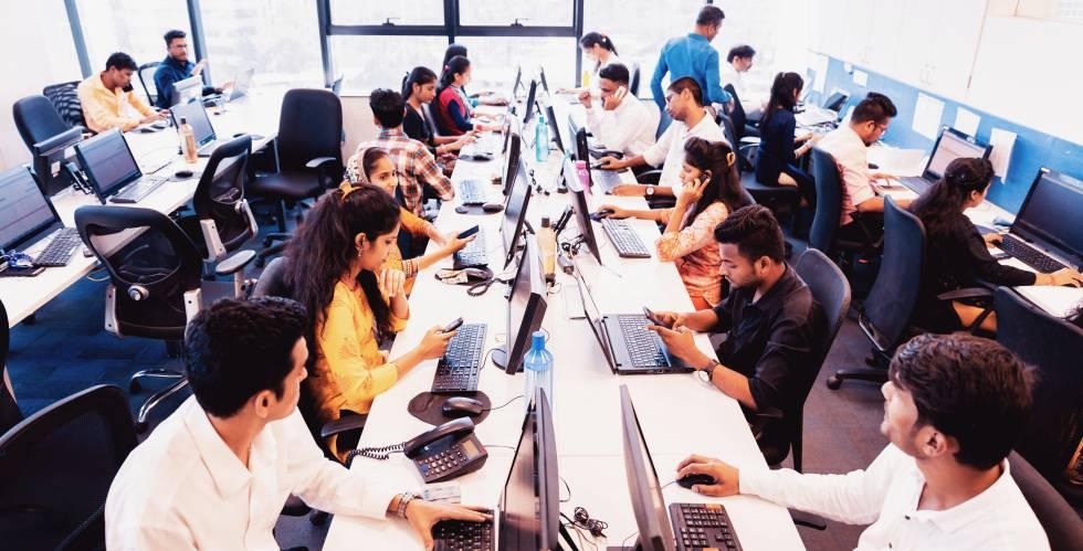 Trabajadores en un call center de India.