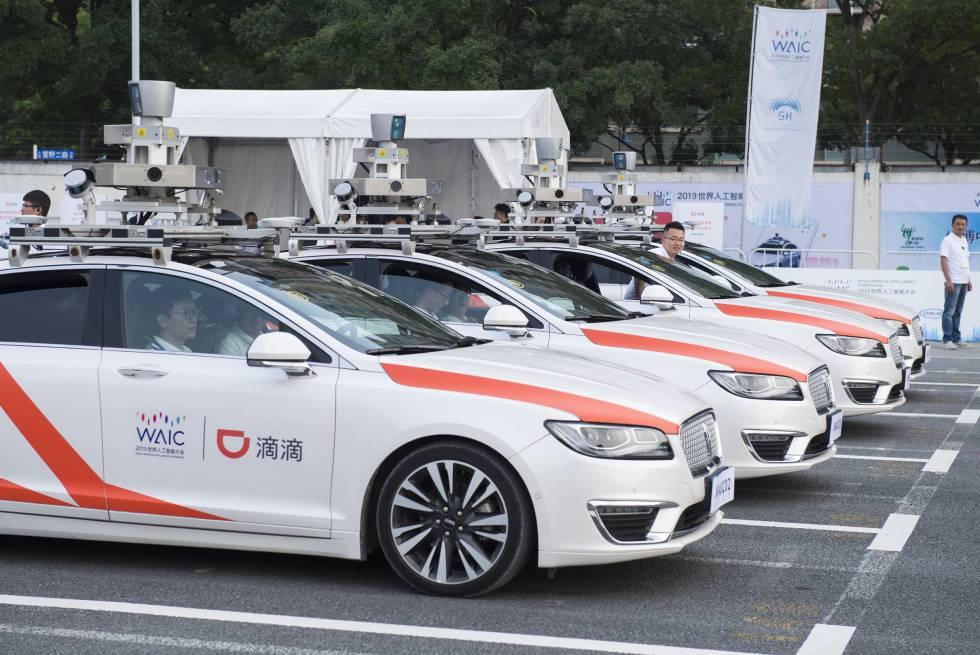 Algunos de los taxis autónomos de Didi a la espera de clientes en el circuito de Shanghái.