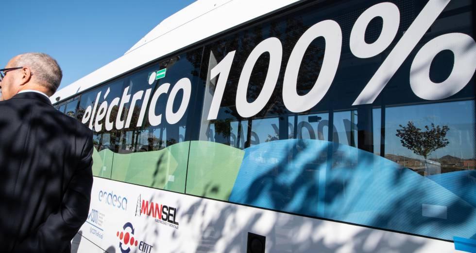 Un usuario, junto a un autobús eléctrico en Málaga.