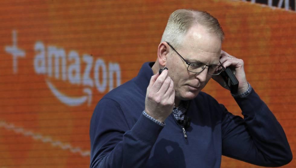 Dave Limp, vicepresidente de dispositivos y servicios de Amazon, prueba unos auriculares de la compañía.