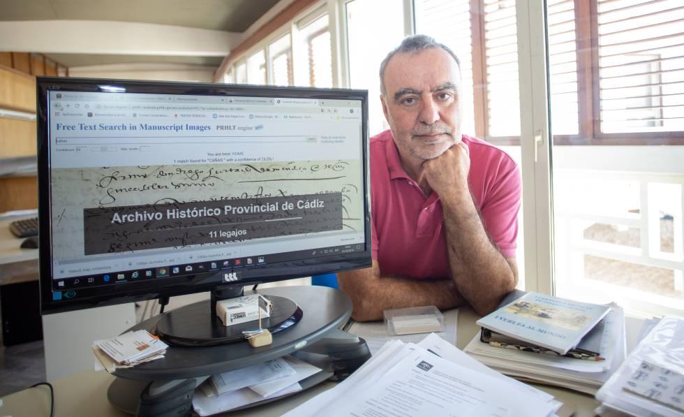 Carlos Alonso, investigador del centro de arqueología subacuática de Andalucía probando el software 'Carabela' en Cádiz.