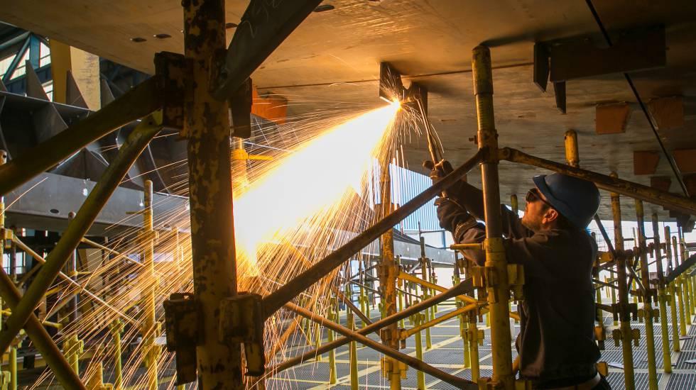 Un trabajador de un astillero, durante un proceso de soldadura