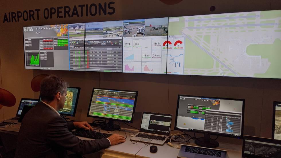 Un trabajador del aeropuerto revisa programas informáticos que permiten controlar las operaciones y hacer predicciones.