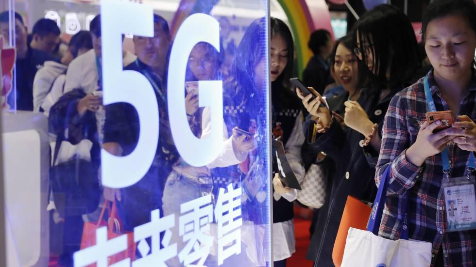 Unos usuarios utilizan sus dispositivos en la feria Internacional de Importaciones de China este mes.