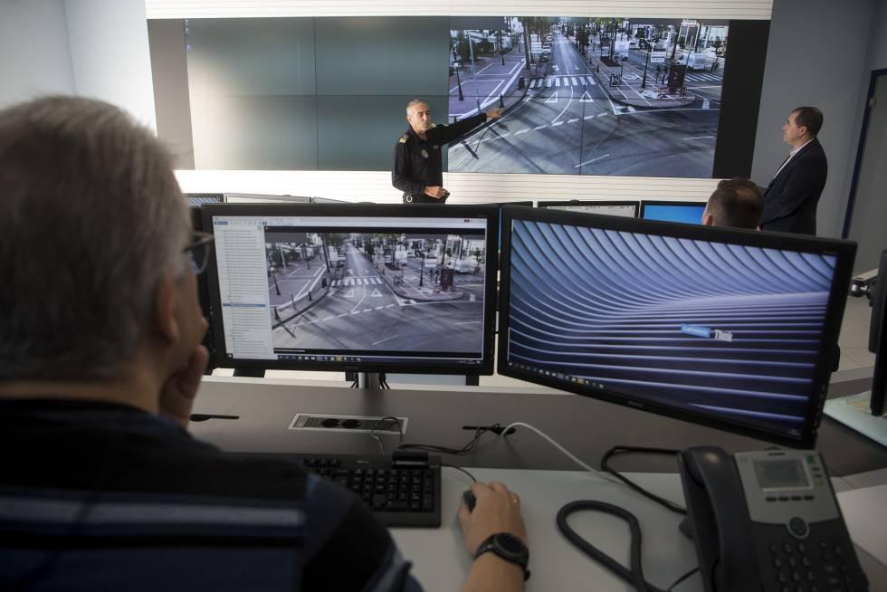 El jefe de la policia local de Marbella, Javier Martín (izq.), y el responsable de Informática del Ayuntamiento, José Alonso, explican a varios agentes el nuevo sistema de videovigilancia con inteligencia artificial que utiliza la ciudad.