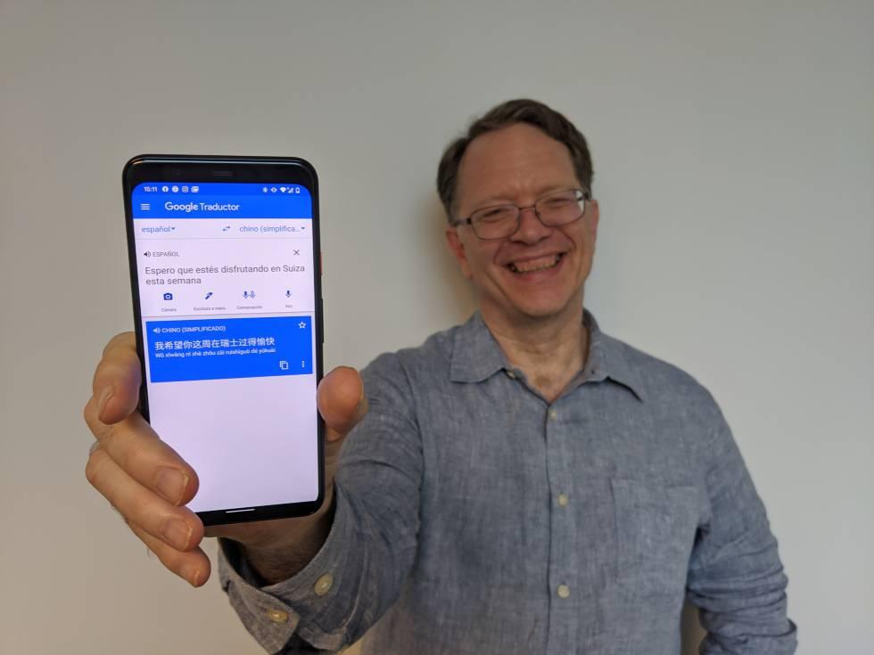 Macduff Hughes, director de ingeniería de Google Translate, traduce una frase en el móvil.