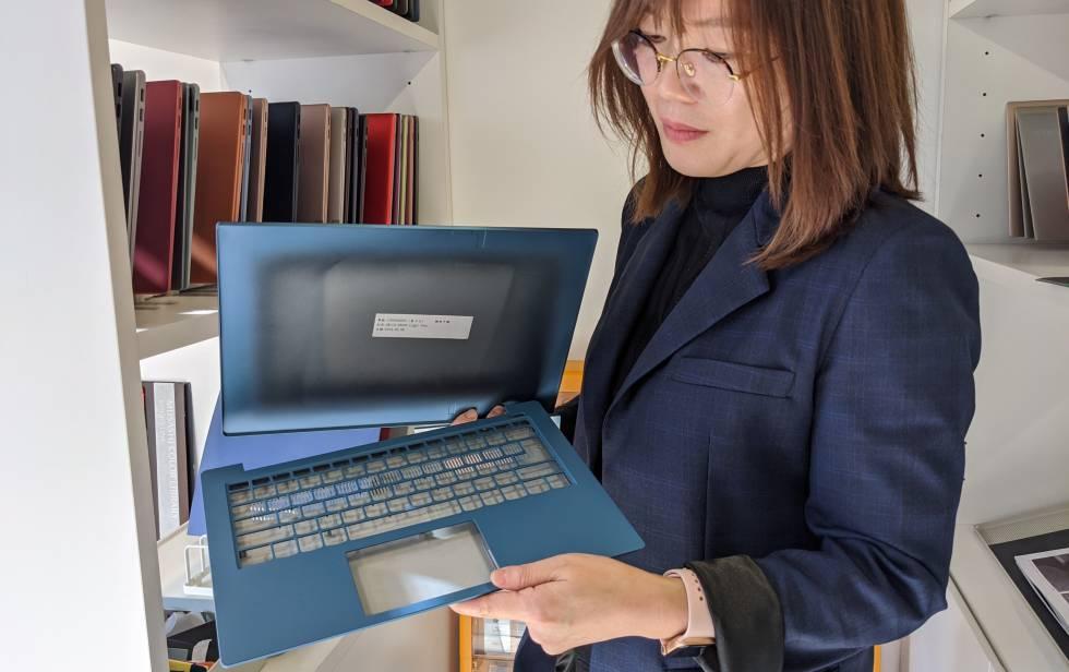 Ashley Xu, directora general de diseño CMF de Lenovo, muestra la carcasa de un portátil.