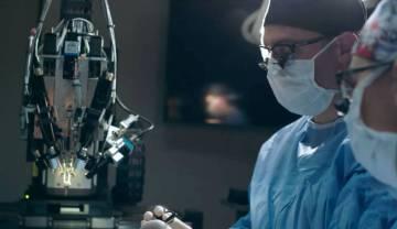 Dos investigadores en una captura de un vídeo promocional de Neuralink.