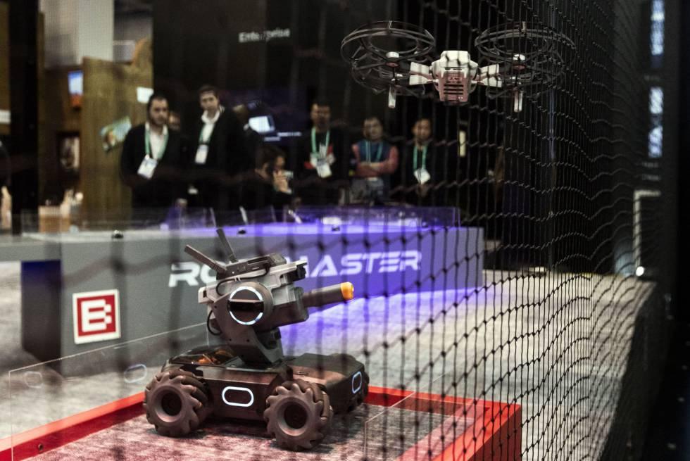 Un drone Mavic Mini, de la empresa DJI, vuela sobre un RoboMaster S1 durante la feria de electrónica de consumo CES celebrada en Las Vegas entre el 7 y el 10 de enero.