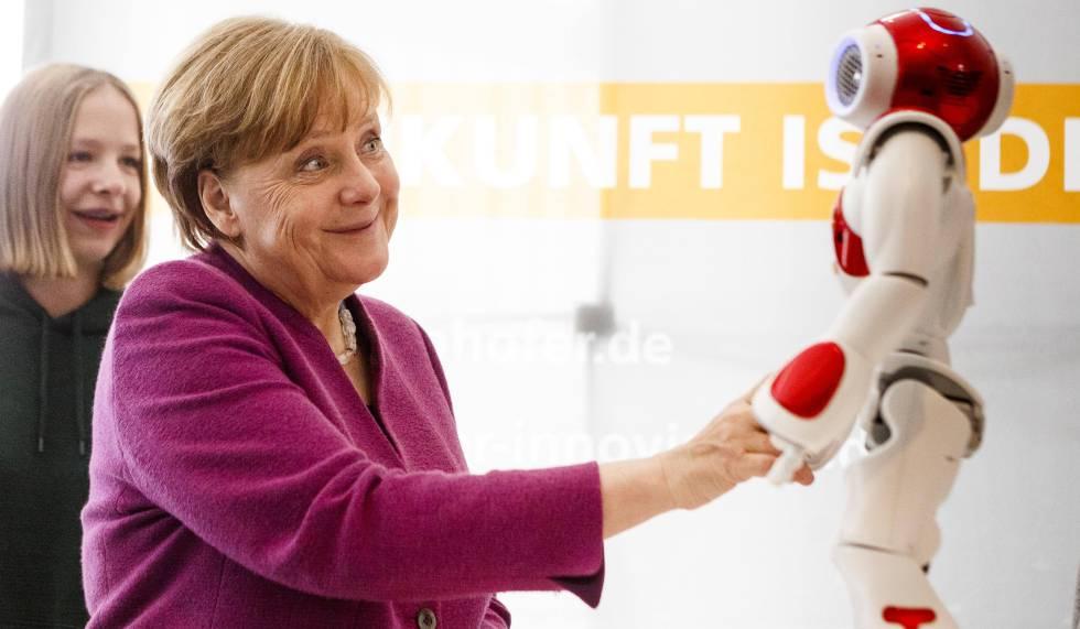La canciller alemana, Angela Merkel, junto a un robot en un stand del Instituto Frauenhofer el 25 de abril de 2018.