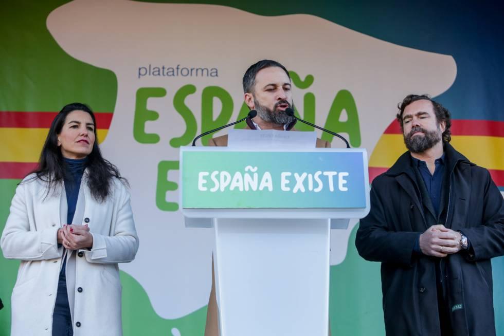 La presidenta de Vox Madrid, Rocio Monasterio, el presidente de Vox, Santiago Abascal, y el portavoz de Vox en el Congreso, Iván Espinosa de los Monteros, durante una concentración convocada por su partido.