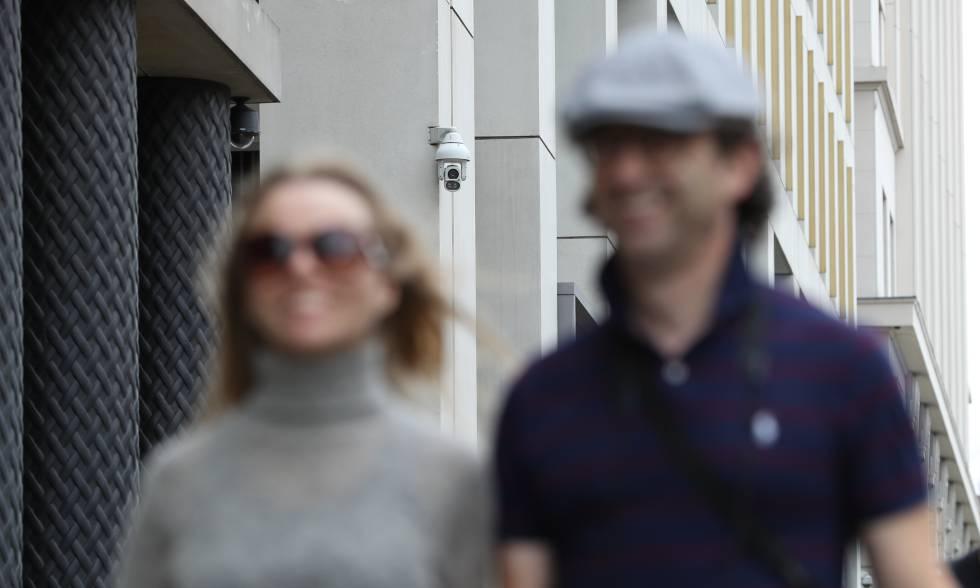 Dos personas pasan cerca de una cámara de seguridad, cerca de la estación de King's Cross de Londres, el pasado agosto.