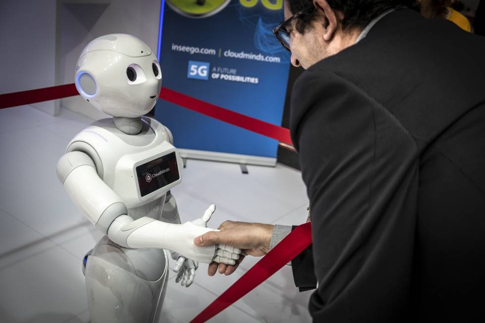 El robot Pepper de CloudMinds saluda a un visitante en el MWC 2019