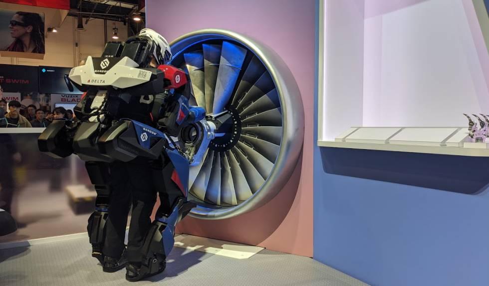 Una empleada de Sarcos con un exoesqueleto levanta una tuerca de 30 kilos en el CES.