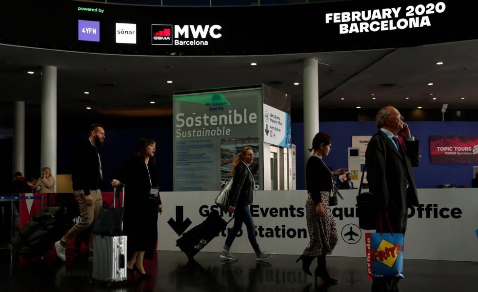 Un visitante abandona el Mobile World Congress (MWC) en la edición de 2019.