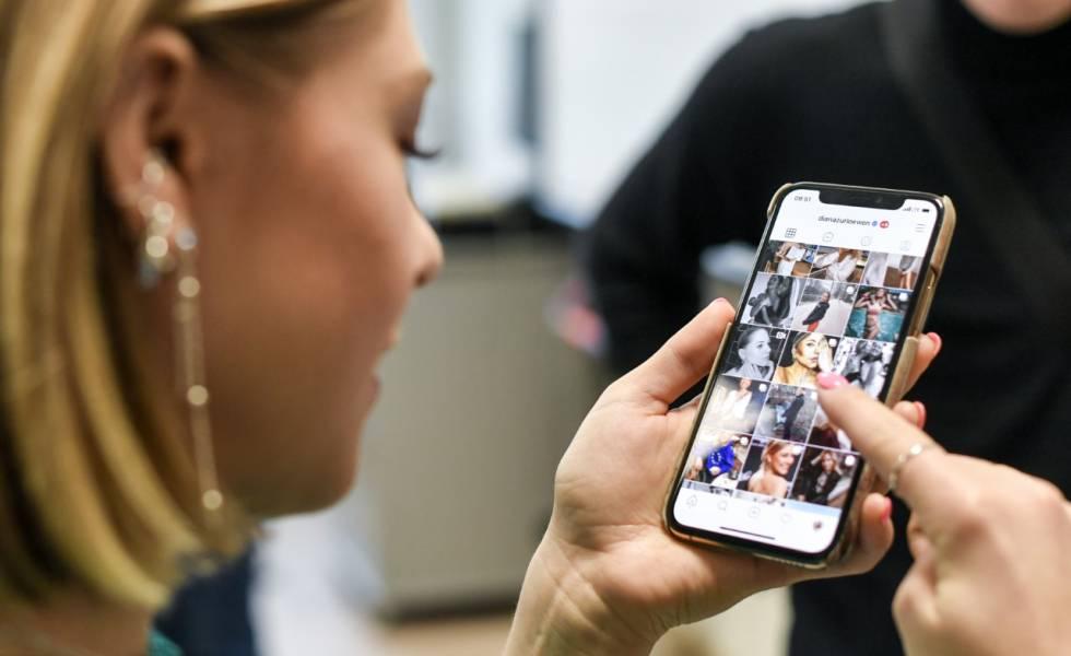La 'influencer' Diana the Lion abre su Instagram dentro del lanzamiento de una campaña para un Internet seguro de la UE el pasado día 11 en Berlín.