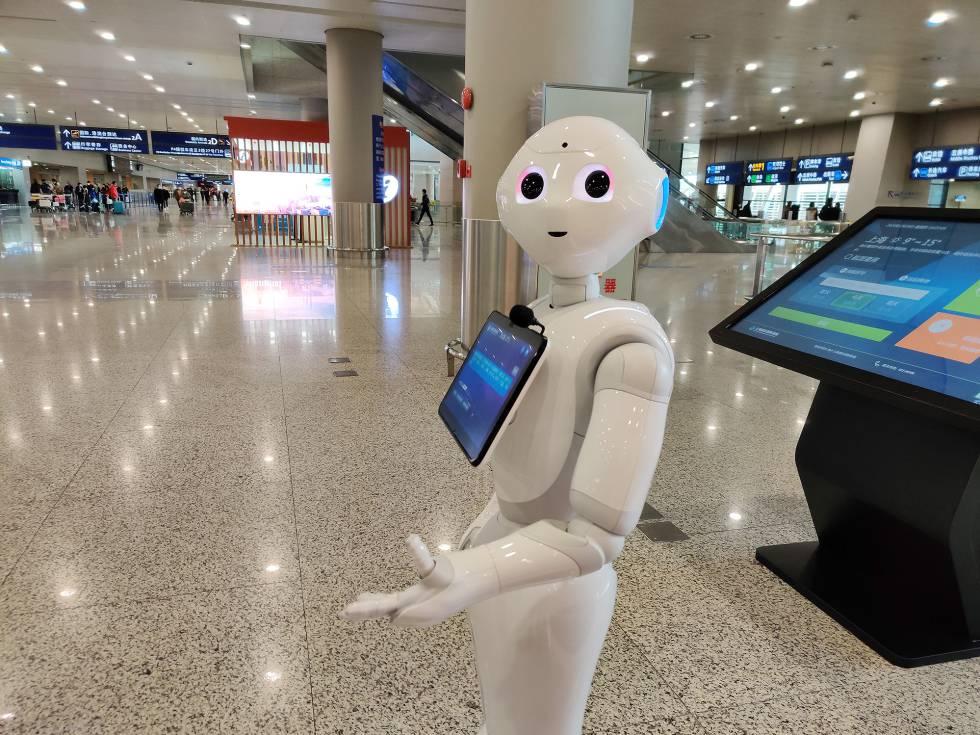 Robot en el aeropuerto para recordar a los pasajeros que se protejan con mascarilla.
