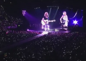 'Smelly cat' no palco: Taylor Swift ressuscita o hit de Friends