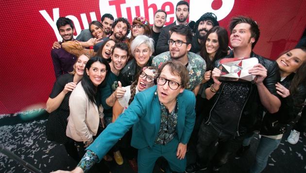 776f27dafe Errejón se asomó de pasada a la fiesta de los 10 años de YouTube: Paco León  anunció que su madre Carmina tendrá un canal y nosotros nos colamos en el  ...