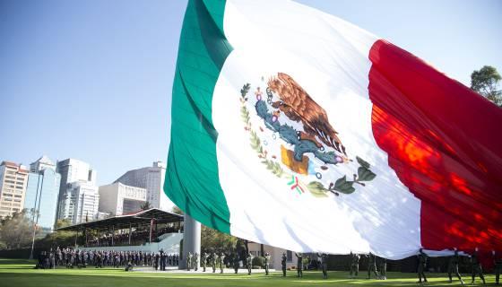 Que representa el aguila en la bandera de mexico