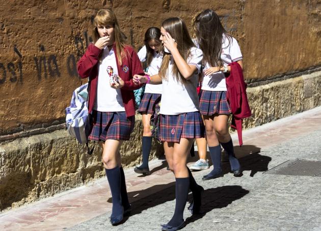 Estudiantes con uniforme a la salida de un centro en León