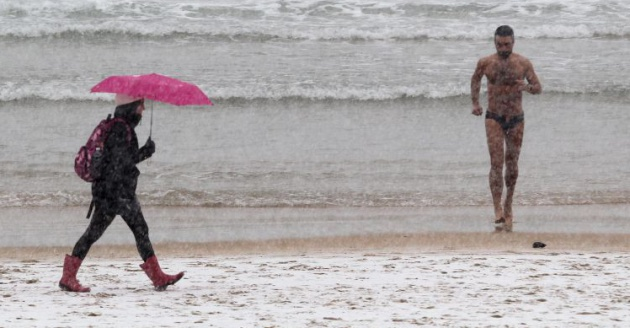 4b20c10953f Un bañista sale del agua tras tomarse un baño en la playa de la Concha de