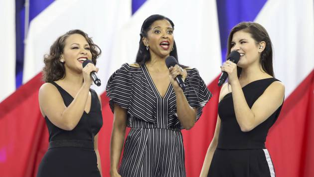 Jasmine Cephas Jones, Renee Elise Goldsberry y Phillipa Soo durante la ceremonia inaugural de la Super Bowl
