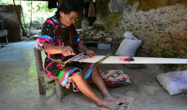 5fd4726ba5 Artesana de la comunidad Tlacoatzintepec tejiendo un huipil.  Fotograf iacute a cortes iacute a del