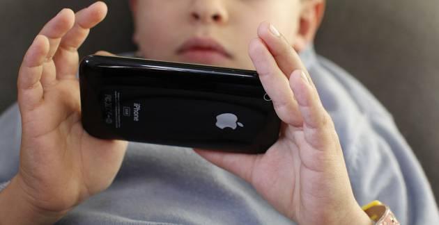 Un niño utiliza un iPhone, el mismo móvil que usó Roman para llamar a la Policía Metropolitana